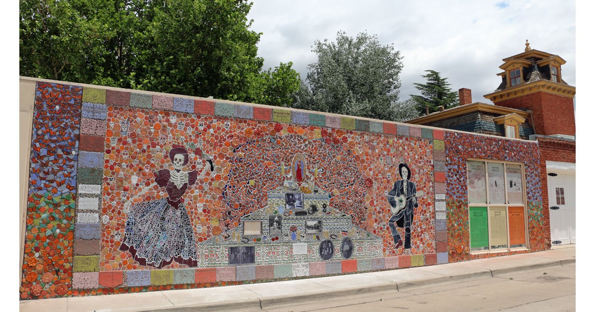 Day of the Dead ofrenda mural in Silver City